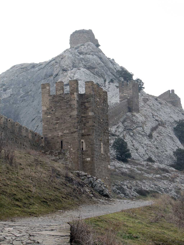 Верхний ярус обороны генуэзской крепости