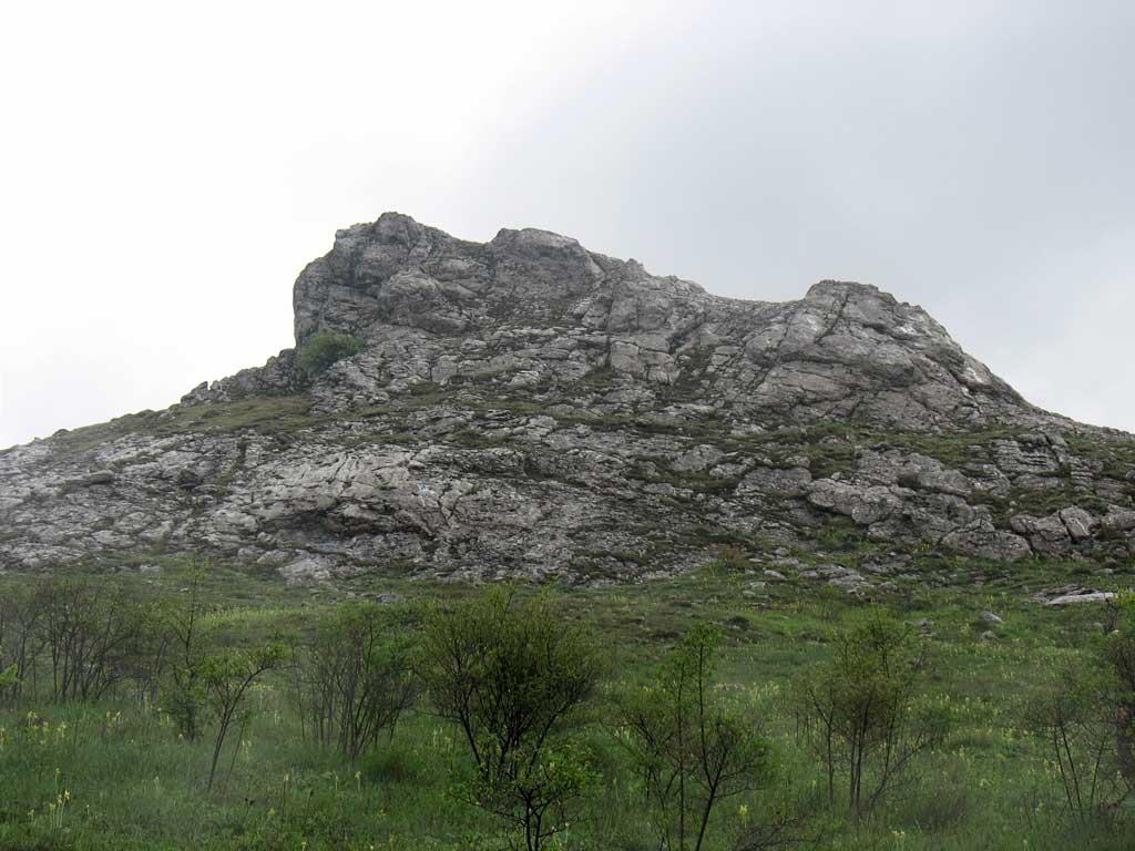 Скальный выступ около тропы от Курлюк-Баш на плато.