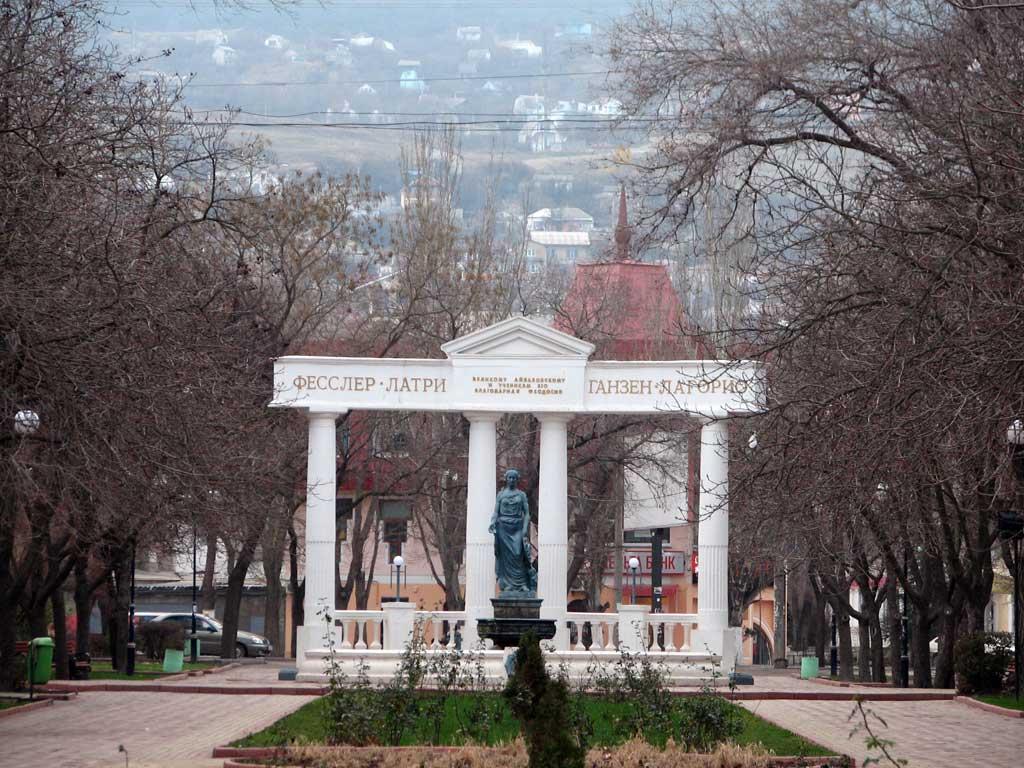 сквер с аркой и статуей