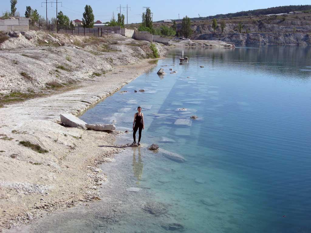 Озеро - затопленный карьер в Скалистом