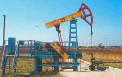нефтяные вышки, исправно качающие нефть