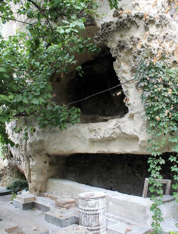 пещера вырублена вручную