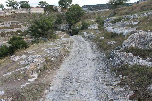 От грота на вершину скалы ведет дорога