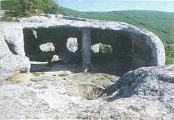 руины пещерной базилики