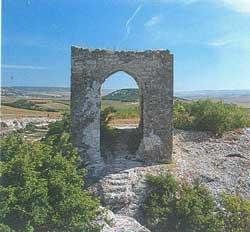 небольшая четырехугольная башня Кыз-Куле (Девичья башня, тюрк.)
